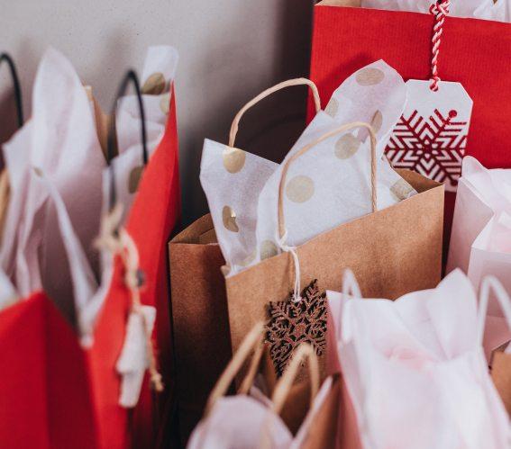 bags-christmas-christmas-gifts-749353.jpg